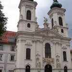 la iglesia Mariahilfe (s. XVII; y las torres fueron construidas en 1742)