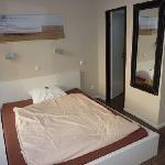 großes Bett im Einzelzimmer