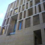 uno de los laterales es el edificio municipal de rafael moneo