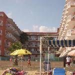 vista del hotel desde la  toalla de la playa.