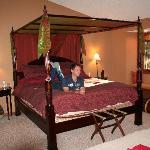 La chambre maroccaine et son immense lit