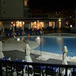 Una de las piscinas y el bar