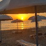 Playa del hotel al amanecer