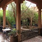 Le patio de l'entrée et sa fontaine