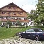 Haupthaus mit einem von insgesamt 3 großen Parkplätzen