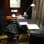 ガラス板のデスク。ここだけ、完全なるオフィス・スペース。