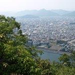 登山道から眼下の長良川と岐阜市街