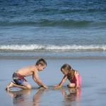 Les enfants adorent jouer sur la plage!