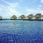 La piscine et les bungalows pilotis