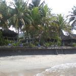Het strand vóór Anom Beach Inn