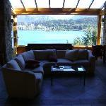 Sala de estar con vista al lago