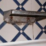 moisissure dans la salle de bains-soit disant renove depuis 3 ans