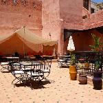 "La terraza con el ""salon-jaima"" al fondo"