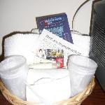 panier d'accueil (serviettes, tapis de bain, gel douche et shampoing,...)