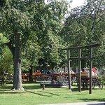 Blick über den Spielplatz auf den Biergartenbetrieb am Dorfkrug