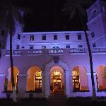 Entrada del Hotel de Noche