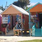 Bunte Verkaufshäuschen direkt am Strand