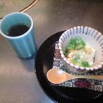 朝がゆに添えられた豆腐料理