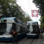 Trams (bondes) suíços na rua Bahnhofstrasse (Rua mais chique e cara da Suíça, lugar de marcas co