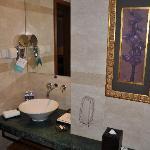 洗面台も清潔にされ、石鹸、歯ブラシなども置かれています。