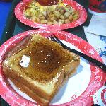 朝食。オムレツとフレンチトースト