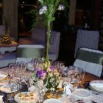 Decoración de las mesas en una cena del Carmelitas Center