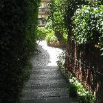 escaleras para acceder al hotel