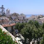 VISTAS A LA IGLESIA DESDE LA PISCINA (Detrás de la Iglesia está el Balcón de Europa)