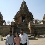 Con Sushil y Nitin, mis estudiantes de espanol... y otro templo en el fondo!