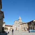 La piazza del Borgo Mediovale di Titignano
