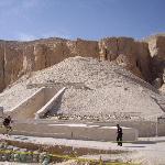 右の案内板の横の階段を下りた所がツタンカーメンのお墓(墳墓ではありません)