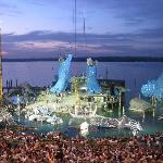 Decorado de la ópera Aída sobre el lago