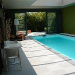 Luxe indoor pool 's avond verlicht