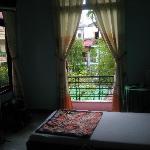 Chambre avec balcon sur piscine.