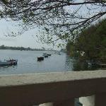 Barcas al lado del restaurante