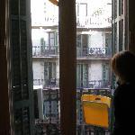 Balcón con silla plegable.