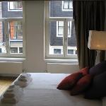 dormitorio y ventana a la calle