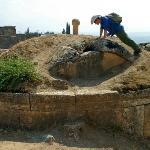 Pozostałości rzymskiej nekropolii nieopodal starożytnego miasta Hierapolis, Turcja.