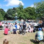 噴水を背景に夏にはバスカー(大道芸)が開催される