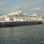 crucero de visita en el puerto