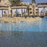 piscina centrale con gazebi per massaggi