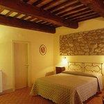 una delle camere arredate in stile toscano