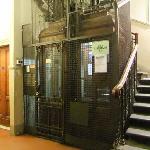 古めかしいエレベーター