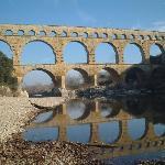 川面に鏡写しされたPont du Gard