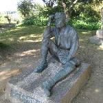 湖畔を眺めて考える八田與一像とお墓