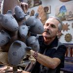 Pablo Seminario en su taller trabajando una escultura