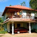 La maison et vue du balcon où l'on prend les repas.