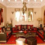 """Salon marocain """"Bhou"""" ouvert sur le Patio"""