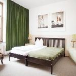 Hotel Marsil Beigefarbenes Zimmer