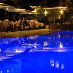 La suggestiva atmosfera del ristorante di sera sulla piscina